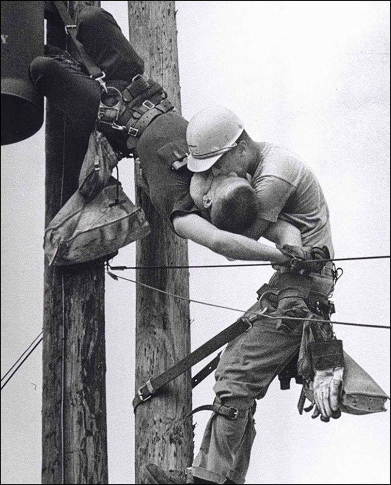 Поцелуй жизни. Электрик реанимирует партнёра после контакта с высоковольтным проводом, 1967 год.