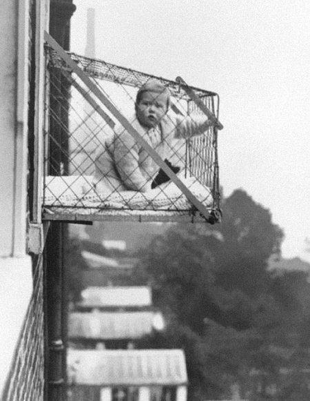 «Заоконная» клетка для выгуливания ребёнка, 1937 год