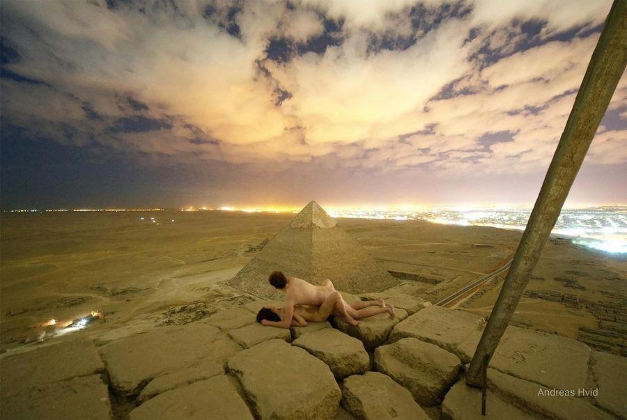 Секс на вершине пирамиды Хеопса, 9 декабря 2018 года. Автор фото и исполнитель роли: датский путешественник Андреас Хвид. Теперь этому парню грозят проблемами с законом, а еще немало местных хотят отрезать ему башку ¯\_(ツ)_/¯