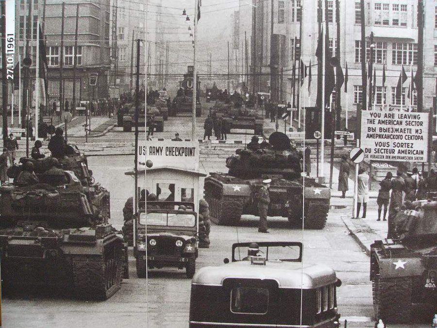 Американские танки стоят перед советскими танками на пропускном пункте в Берлине. 1961 год, Холодная война