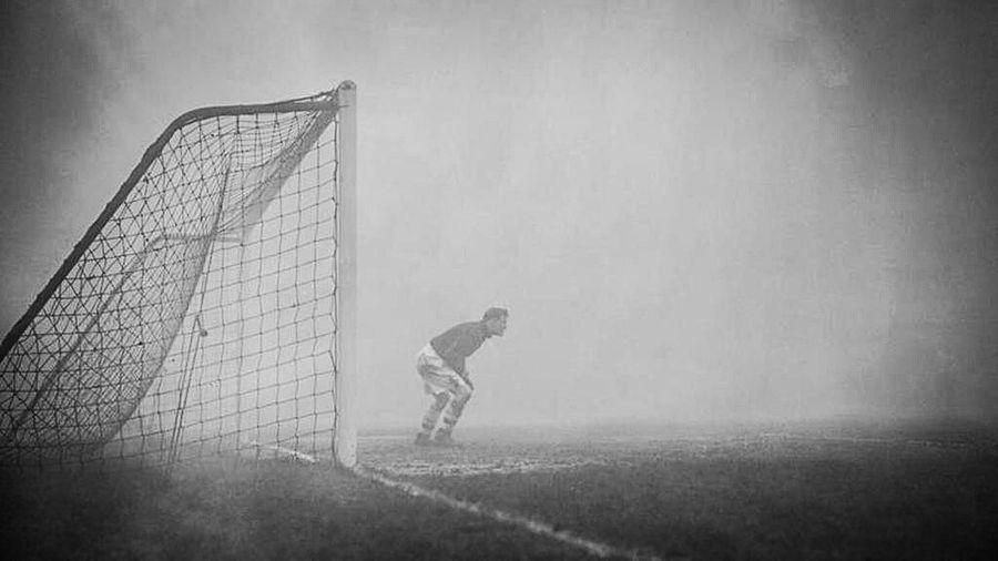 Вратарь Сэм Бэртрэм в одиночестве караулит ворота, даже не подозревая, что игра была прервана из-за тумана 15 минут назад, 1937 год