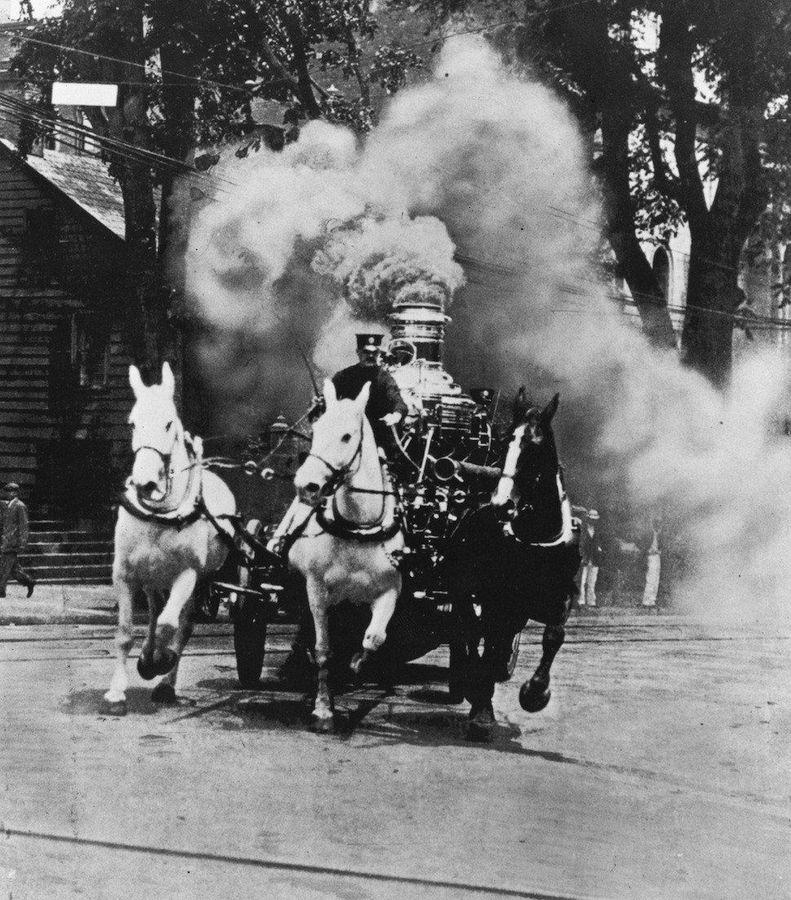 Пожарный экипаж с паровым насосом выезжает на тушение пожара, США, 1910-е