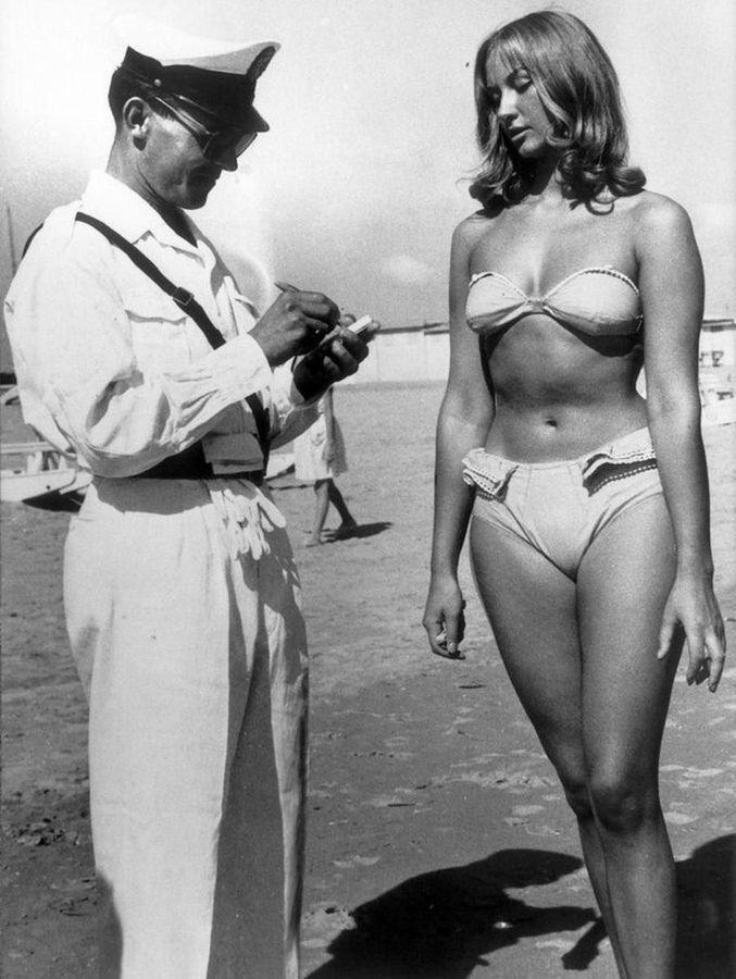 Женщина покупает билет на право ношения бикини на пляже. Римини, Италия, 1957 год