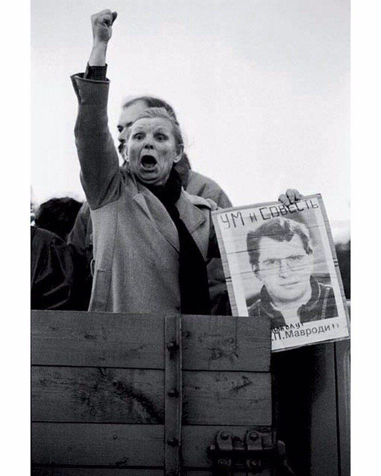 Женщина на митинге в поддержку арестованного Сергея Мавроди, 1994 год