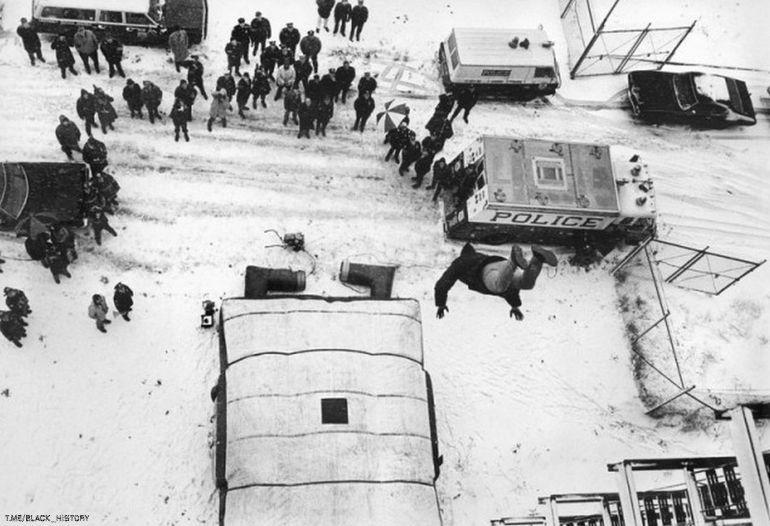 Каскадёр прыгает из окна семиэтажного дома, чтобы продемонстрировать новое спасательное устройство — надувной мешок, который был создан для спасения жизни людей в случае пожара, 25 февраля 1974 года