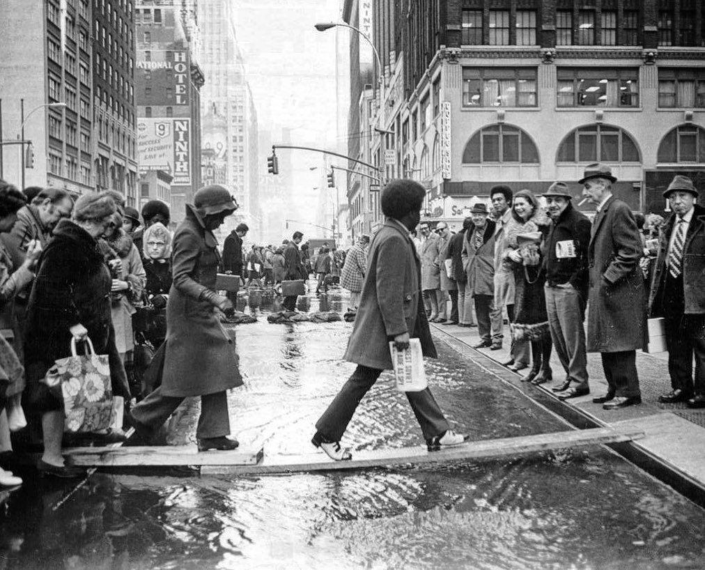 Бродвей: самодельные мосты и моднейшие ботинки у афроамериканца. Автор Neal Boenzi. Февраль 1972 года