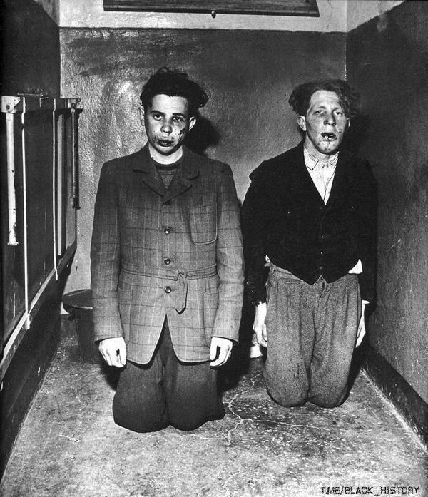 Надзиратели концлагеря Бухенвальд, захваченные заключёнными при его освобождении. Германия, 1945г.
