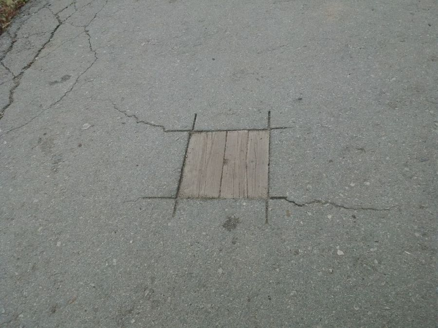 В Туле тротуар отремонтировали с помощью досок. Как тебе такое, Илон Маск?