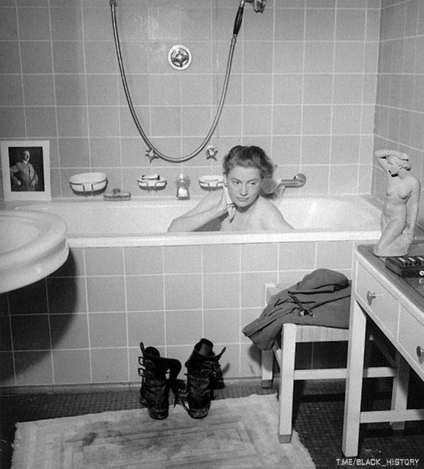 Американский военный корреспондент Элизабет Миллер принимает ванну в квартире Гитлера. Мюнхен, Германия. 30 апреля 1945 года