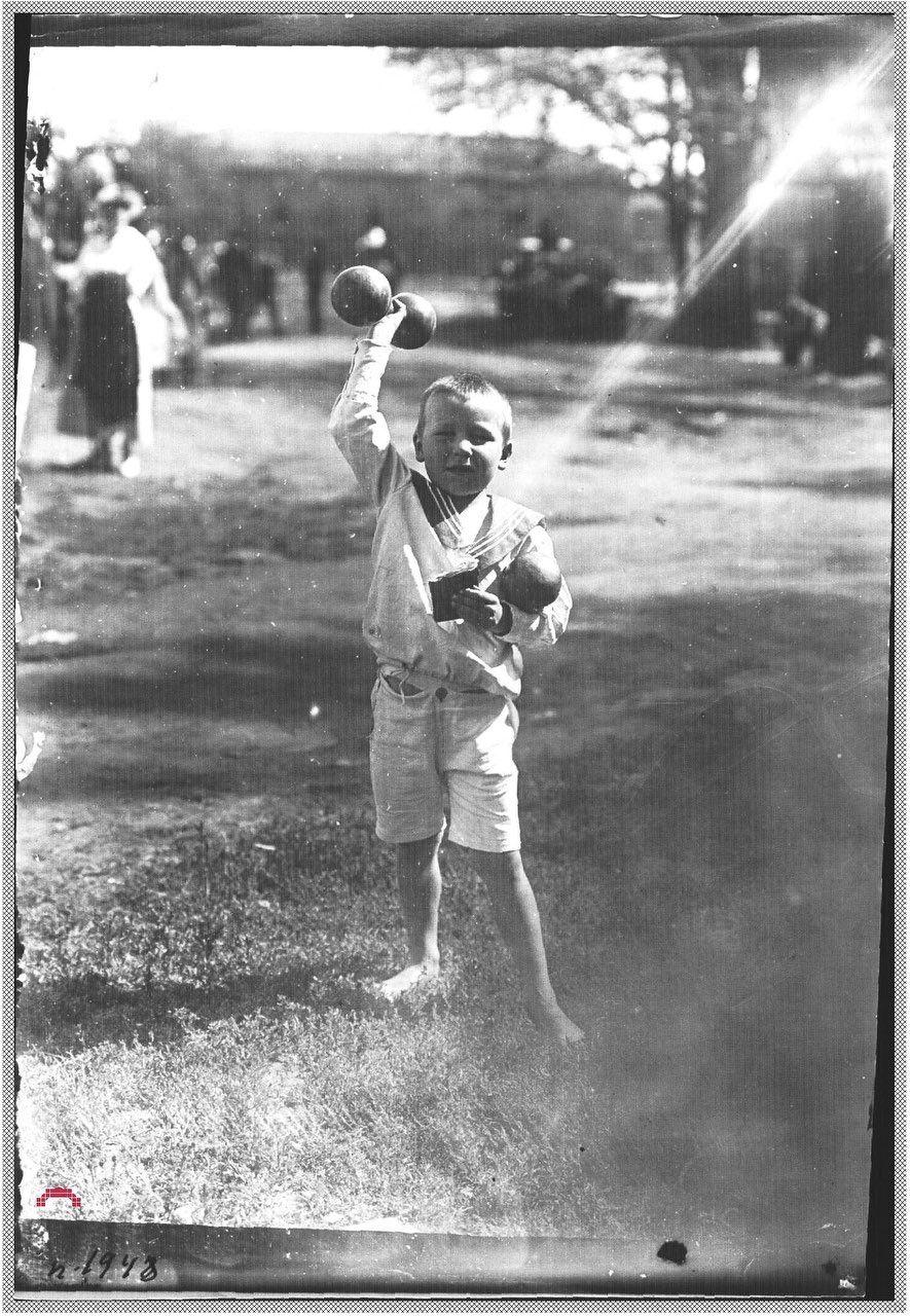 Детские игры и спорт в внешкольное время. Мальчик с гантелями. Петроград, 1918-1920 гг.