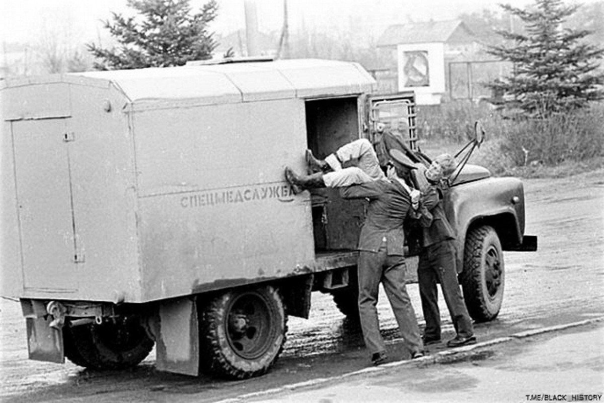 Милиционеры грузят нетрезвого гражданина в автомобиль спецмедслужбы для доставки в вытрезвитель, СССР, 1970-е