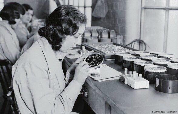 Девушки рисуют на циферблатах светящиеся цифры радиоактивными красками. Многие из них потом умрут от рака. Руководство компании сказало им, что радий безвреден, работницы получали смертельную дозу радиации, облизывая кончики кистей с радиевой краской для восстановления их формы и ради забавы крася свои ногти и зубы светящимся веществом. США 1922 г.