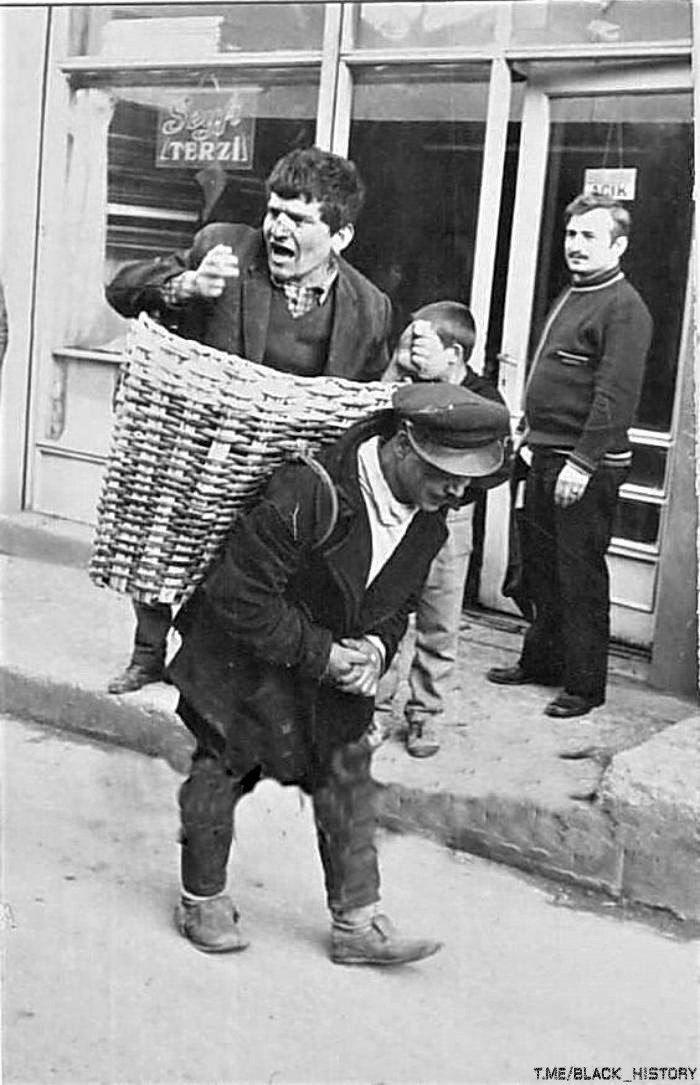 С Новым годом! Хозяева турецких рюмочных нанимали носильщиков для доставки домой слишком пьяных постоянных клиентов, 1960-е, Стамбул