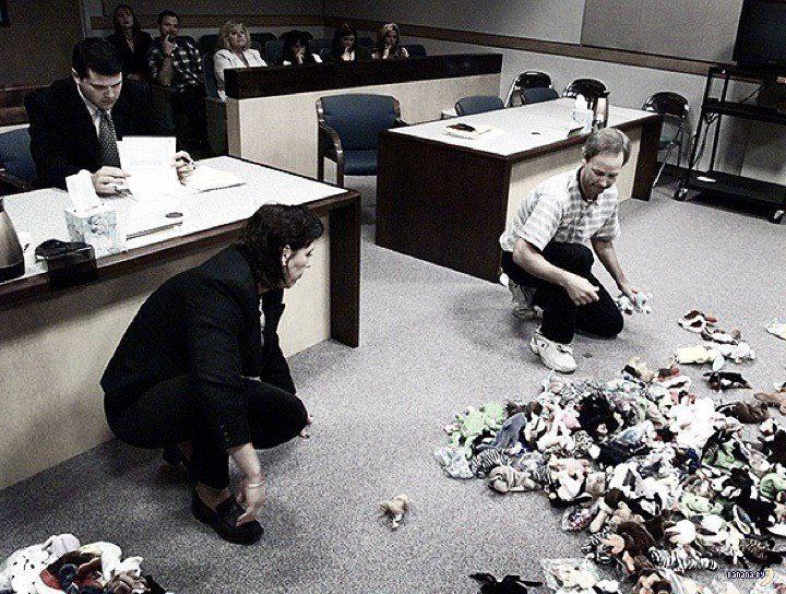 1999-й год, здание суда. Перед судьёй уже бывшие муж и жена после процедуры развода делят коллекцию мягких игрушек