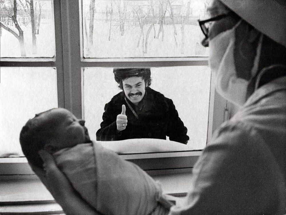 Батя ставит лайк. Роддом, 1977-й год. Фотограф: Сергей Васильев