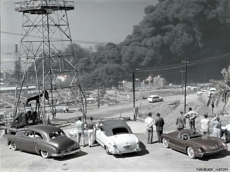 Очевидцы наблюдают за пожаром на нефтеперерабатывающем заводе в городе Сигнал-Хилл, Калифорния, 1958-й год