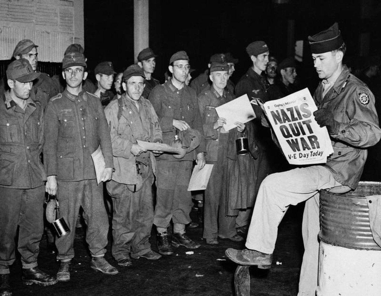 Рядовой Кларенс Айерс зачитывает новость о капитуляции фашистской Германии новоприбывшим немецким военнопленным. 8 мая, 1945 год