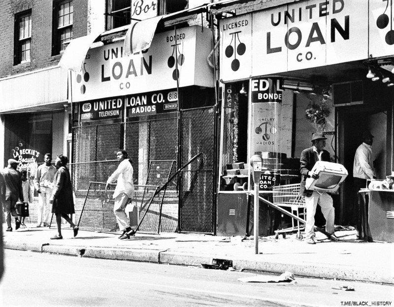 Возмущённый убийством Мартина Лютера Кинга гражданин в знак протеста выносит из магазина телевизор. Апрель 1968 года.