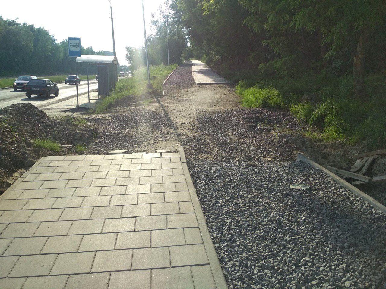 Прораб сказал: «Слева — тротуар, справа — велосипедная дорожка». Рабочие так и сделали, но кто кто же знал, что работают одновременно две бригады?