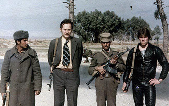 Старший советник органов госбезопасности Афганистана Павел Кудасов (второй слева) с афганцами и советским солдатом-пограничником (крайний справа) во время проверки постов на трассе Самархель. 1983 г. Фото из личного архива П. Кудасова