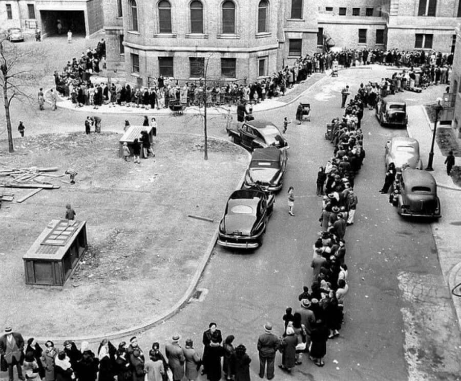 Большая очередь в больницу Моррисании для прививки против оспы. Нью-Йорк, 14 апреля 1947 года