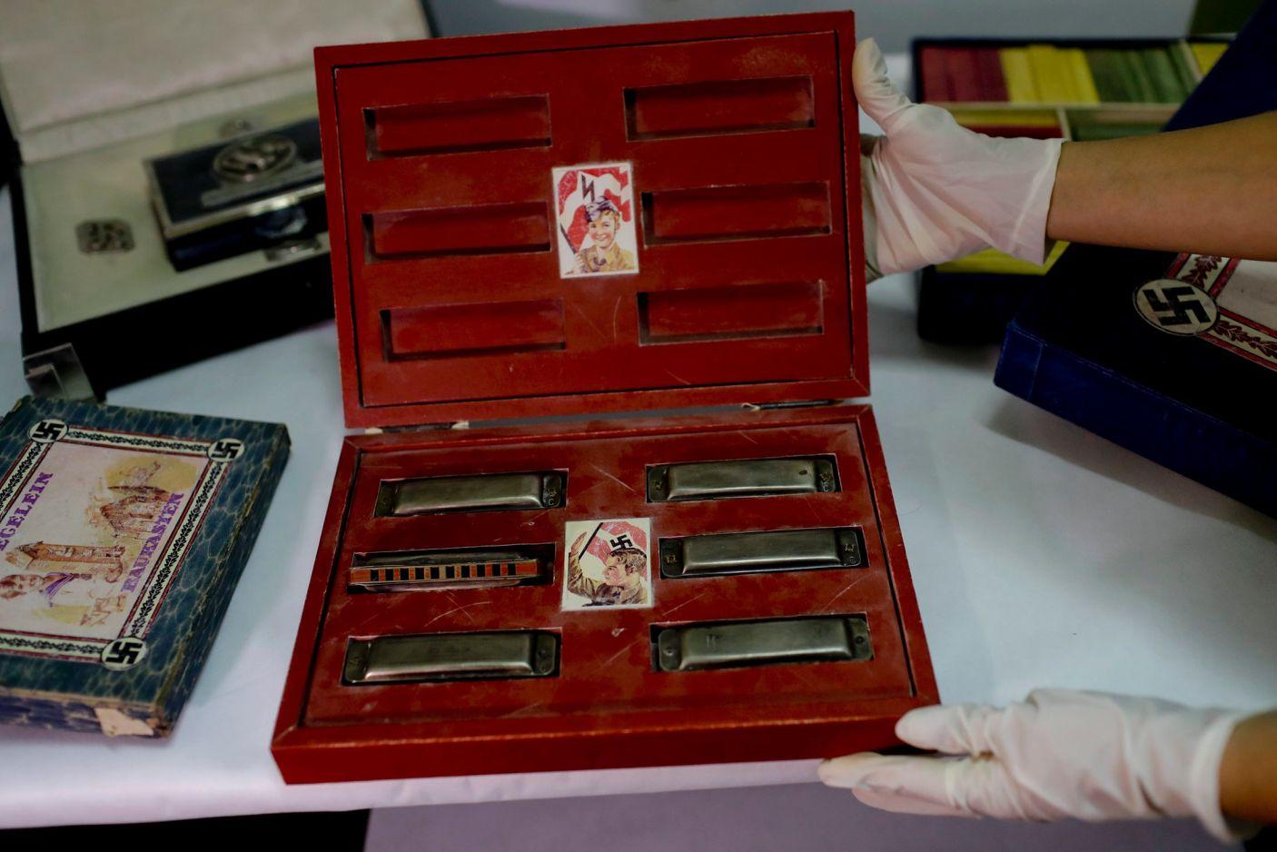 Коробка и набор детских гармоник, украшенные пропагандистскими наклейками