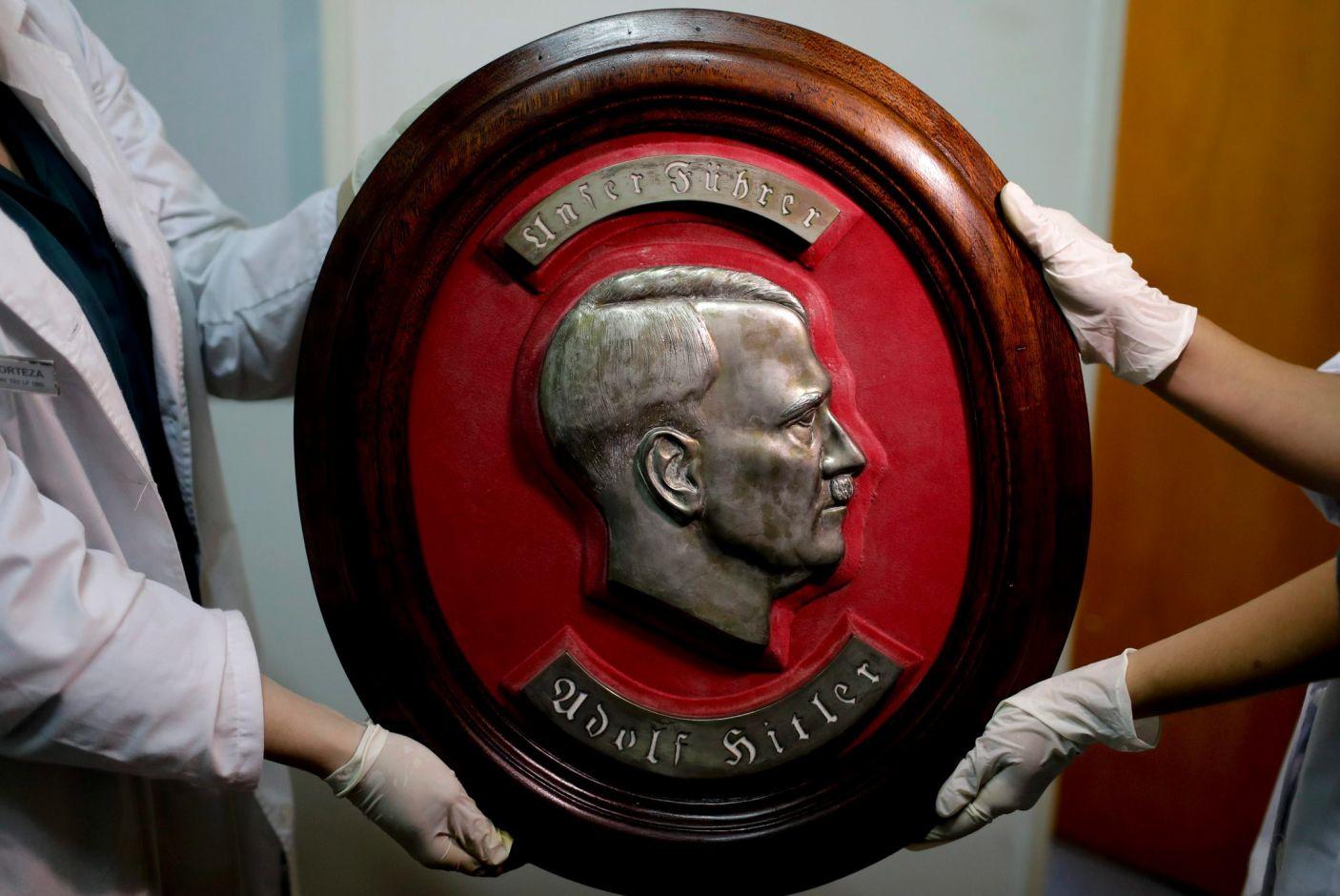 Рельеф с изображением профиля Адольфа Гитлера