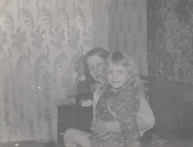 Снимок сделан, когда я пошла в первый класс. Слева видны те самые шторы.