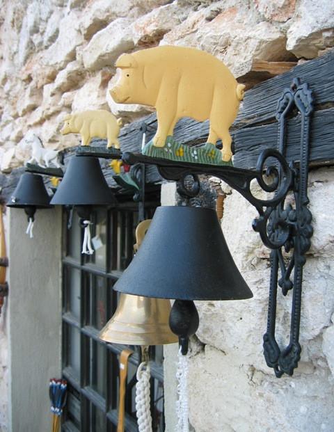 Свинки на колокольчиках.