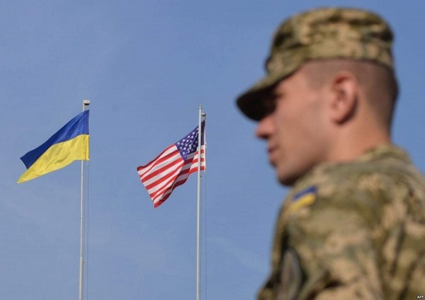 Военный дипломат США инструктирует бойцов ВСУ в Мариуполе