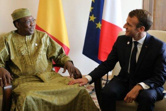 Макрон прилетел в Чад спасать французские позиции в Африке