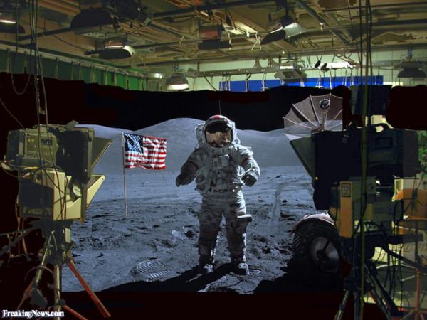 """Видео дня. Ассанж ответил на арест, раскрыв фэйк """"американского покорения Луны"""" видео-доками"""