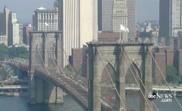 Флаги США на знаменитом Бруклинском мосту кто-то заменил на белые. @ABC