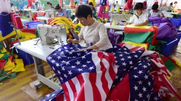 Ирония судьбы – государственные американские флаги шьют в Китае. Фото AFP