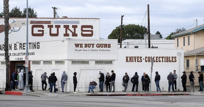 США. Очередь за оружием в магазин