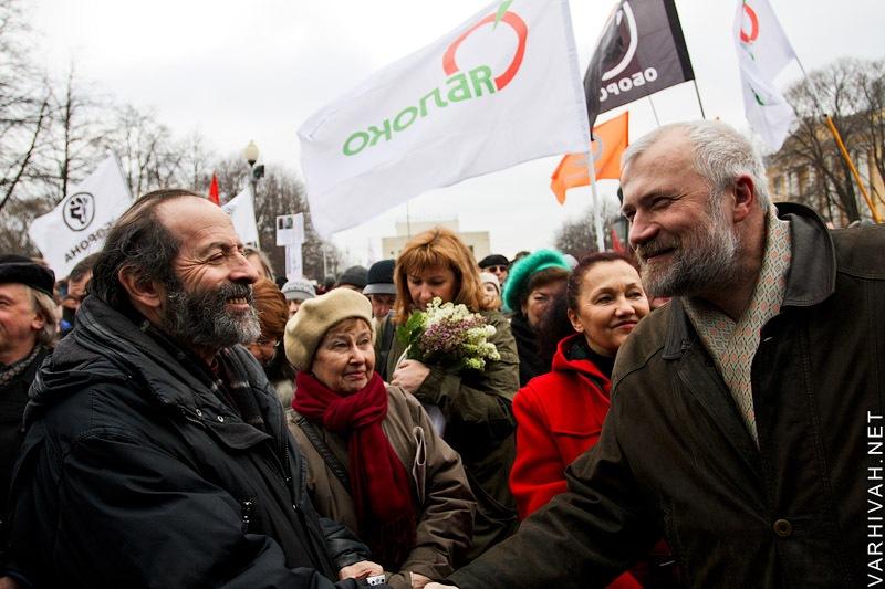 Вишневский и Амосов на фоне флагов Яблока и Обороны.jpg