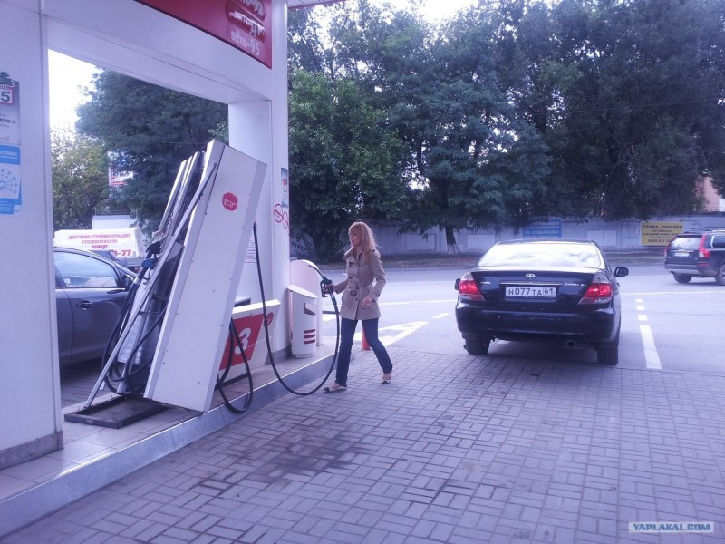 женщина-и-бензоколонка