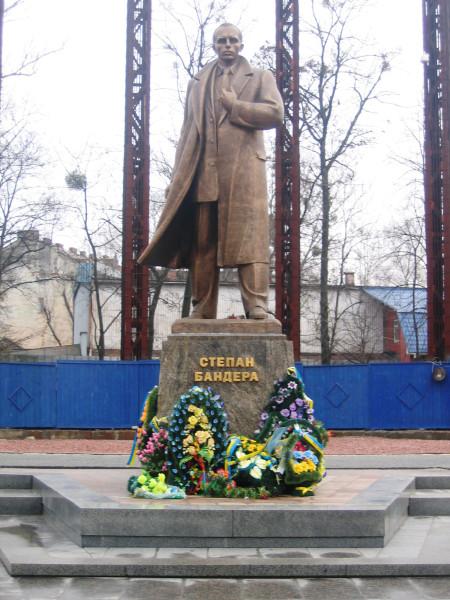 Степан бандера памятник с хуем
