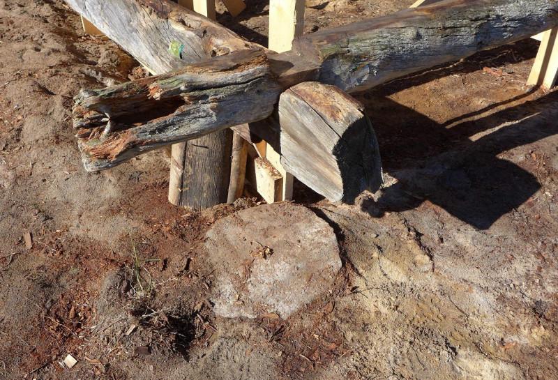 В углах сарая местами были уложены круглые плоские камни. То ли это забракованные жернова, то ли в этом был какой-то особый смысл, например, связанный с благополучием в доме, дарованным волшебной мельницей Сампо.