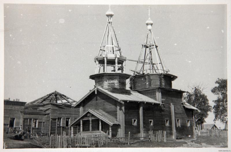 Церковь Богоявления в ходе восстановления разобранных во время войны шатров . 1950-е. Архив музея Кижи.