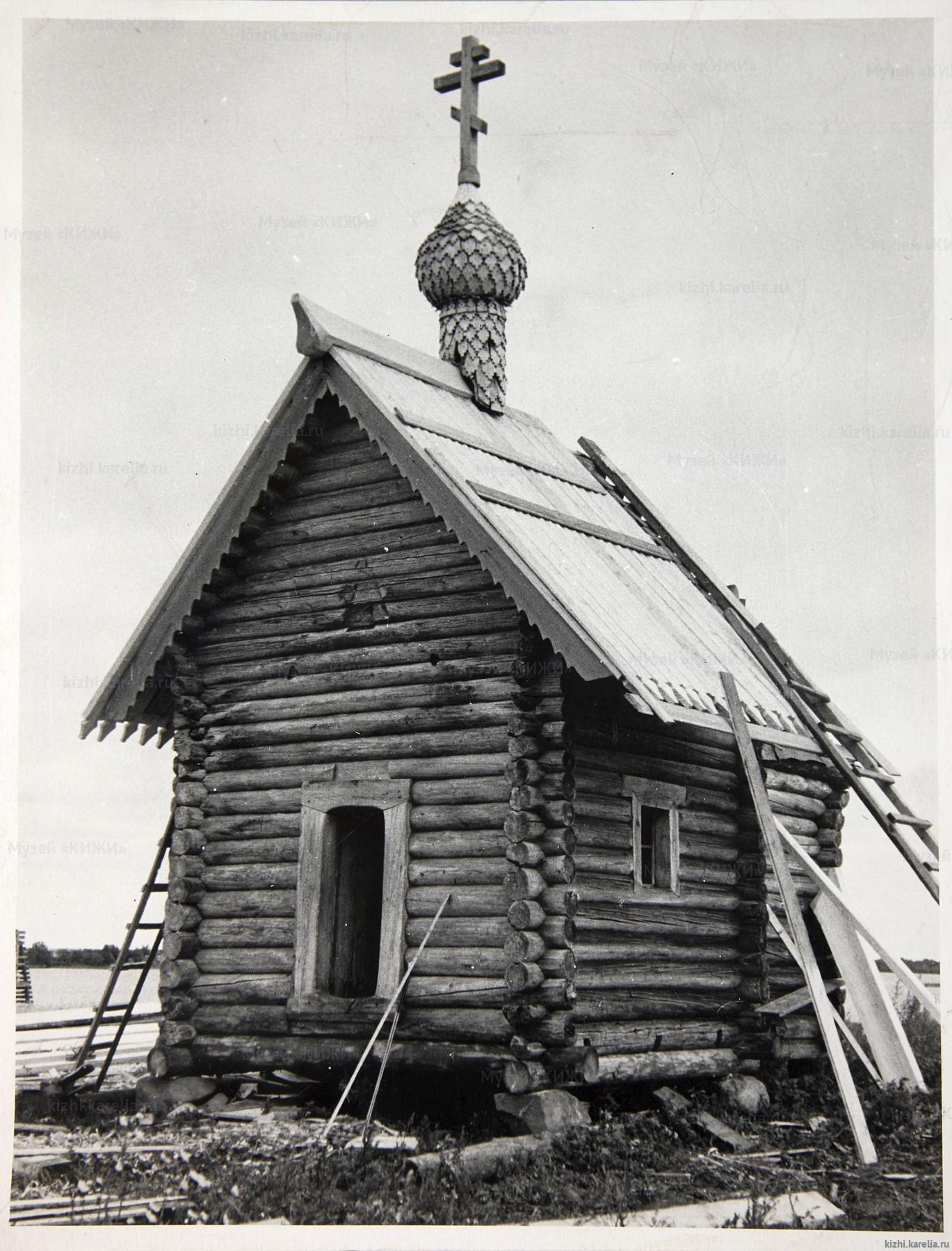 Оригинальный сруб церкви Воскрешения Лазаря во время восстановления ее на острове Кижи. (Фото из архива музея Кижи.)