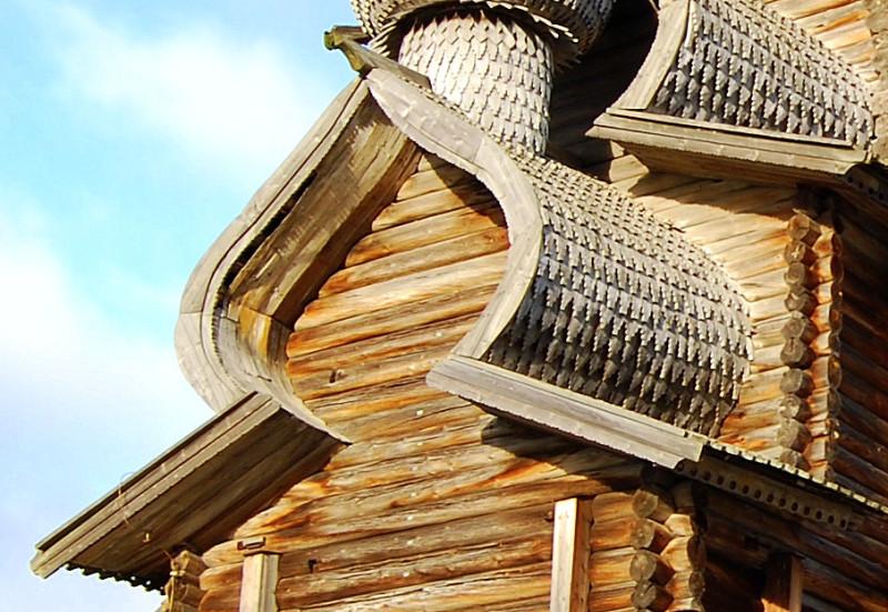 На крайних досках тесовой подшивки бочки сохранились следы краски (белила и желтая охра), по которой можно представить, как выглядела Преображенская церковь с 1860-х по 1950-е. При реставрации 1950-х были восстановлены только недостающие прилегающие к срубу доски, а старый материал подшивки сохранен.