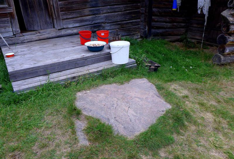 """""""Плясовой"""" камень перед входом в дом. Остается загадкой, как его доставили сюда, где на многие сотни метров один песок."""