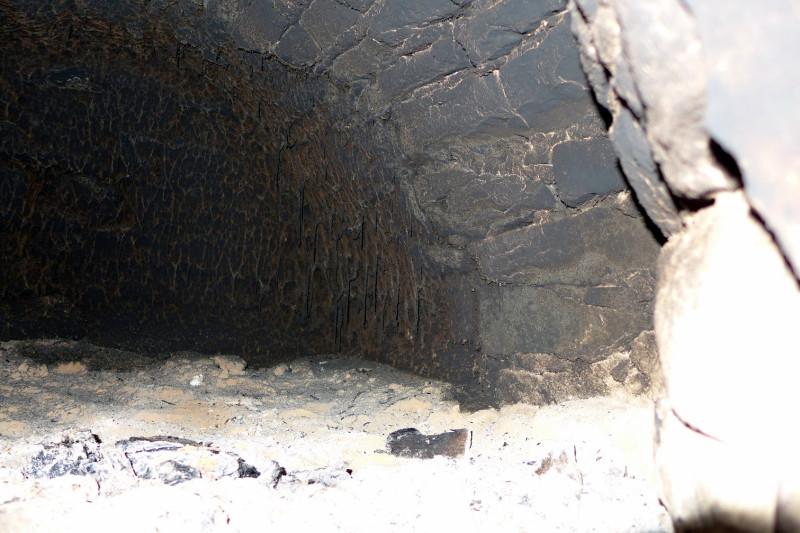 Арочный свод горнила выложен как и вся печь из дикого камня-плитняка.