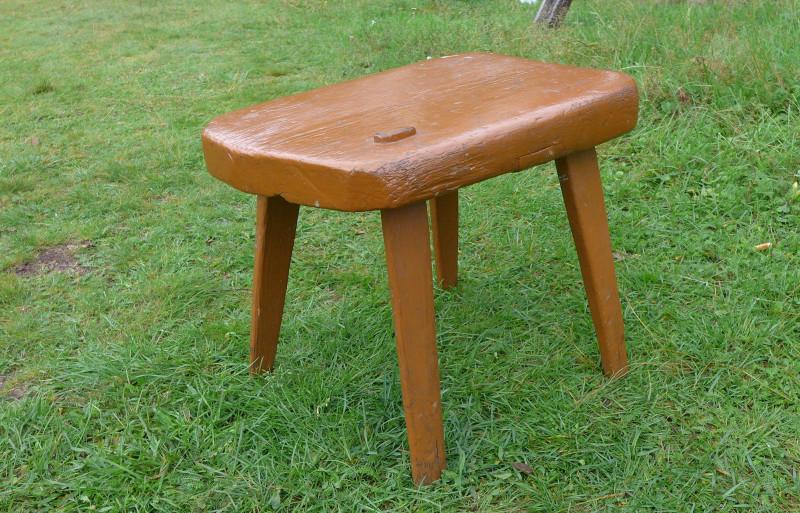 Помимо всего прочего в доме сохранилось кое-что из старинной мебели. Например, эта табуретка...
