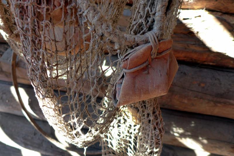 ...кусок старой сети с грузилом - камешком, упакованном в бересту...