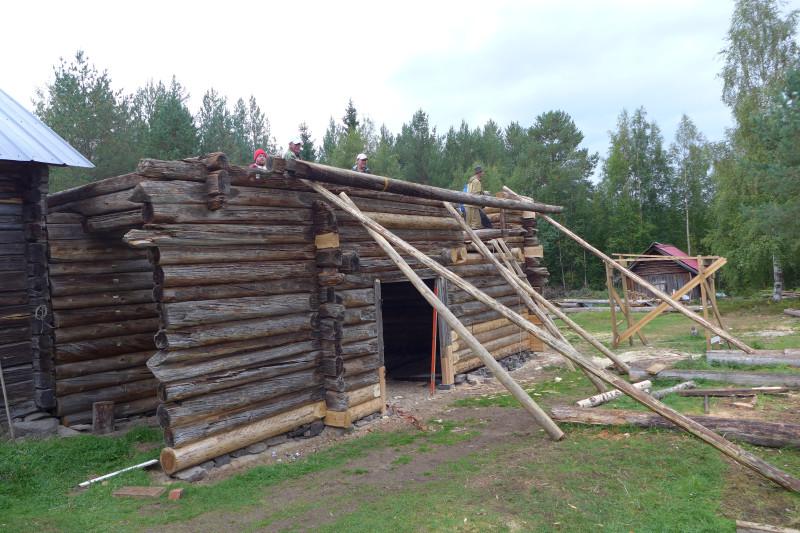 Подъем бревен производился по старинке, по покатям веревками.