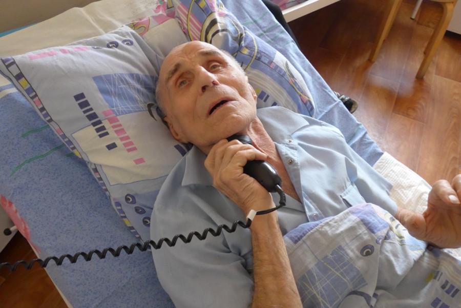14. Даже на больничной койке ветеран старался выглядеть хорошо.JPG