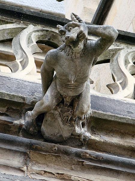 450px-Gargouille_Cathedrale_de_Moulins_060709_15