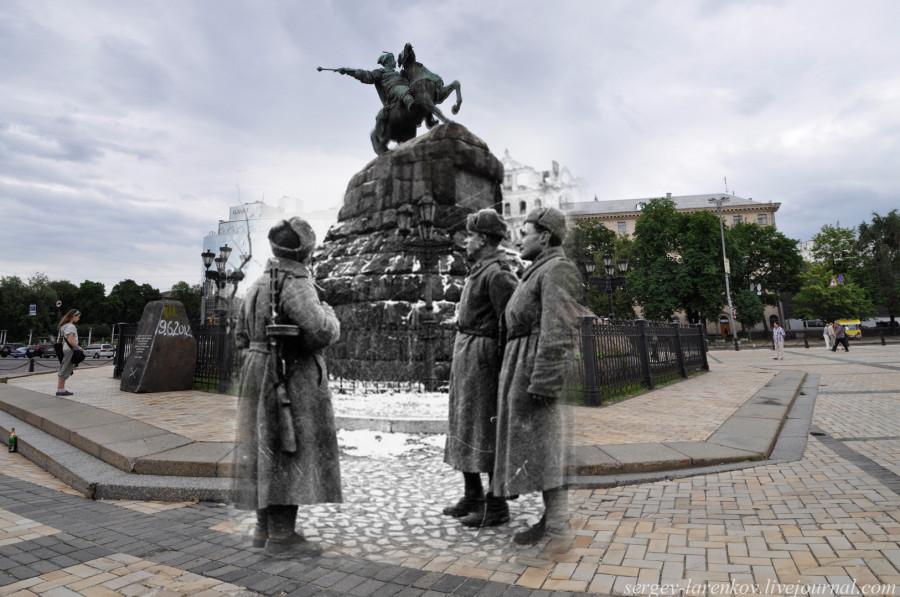 Киев 1943/2012 Воины-освободители у памятника Богдану Хмельницкому.